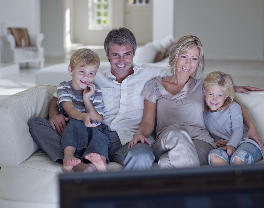 Egy család nézi a tévét.