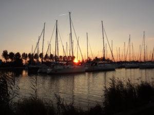 Naplemente a balatonlellei vitorláskikötőben, sok-sok horgász társaságában.